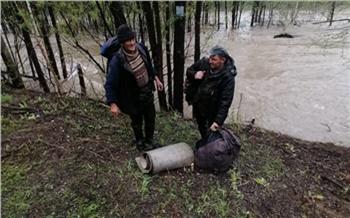На юге Красноярского края больше суток искали пропавших в затопленной паводком тайге сборщиков черемши