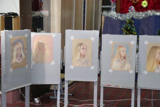 В брянских Клинцах художник Дмитрий Пауков провел мастер-класс «Портрет в технике сухой пастели»