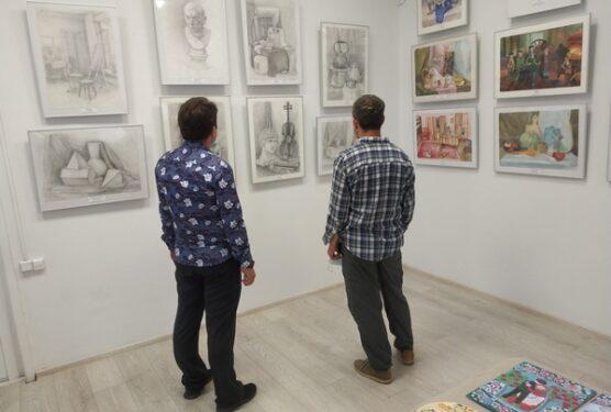 В Брянске открылась выставка юных художников «Ступени творчества»