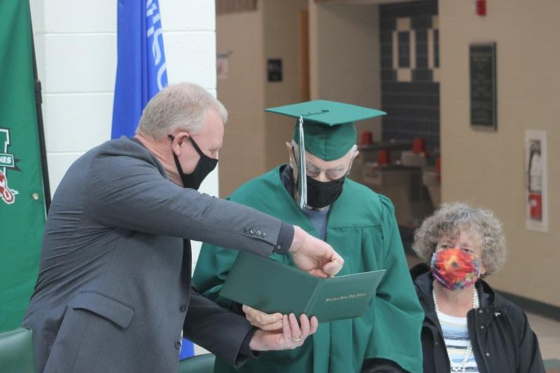 Ветеран Второй мировой окончил школу спустя 77 лет