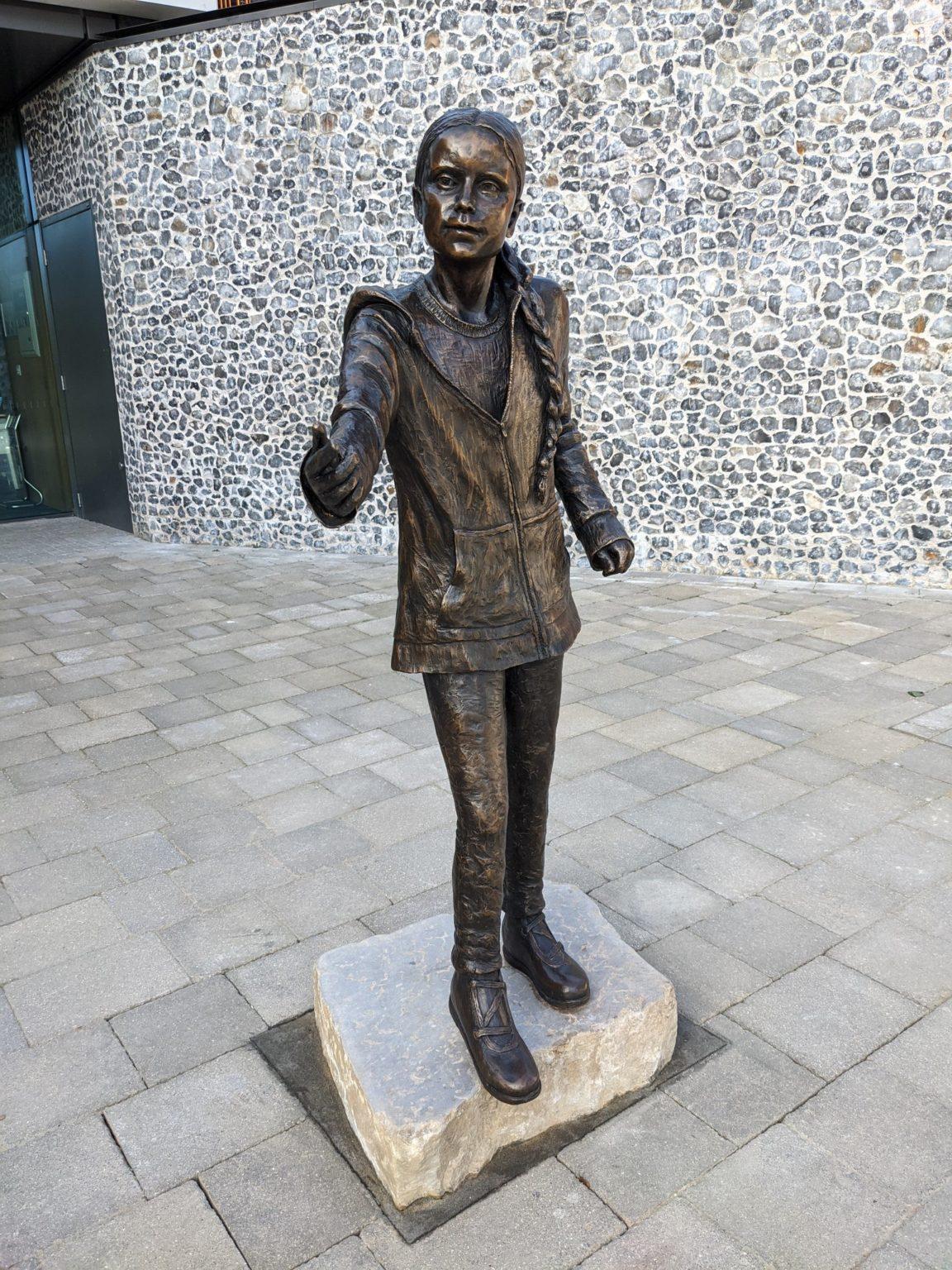 В Великобритании установили памятник Грете Тунберг