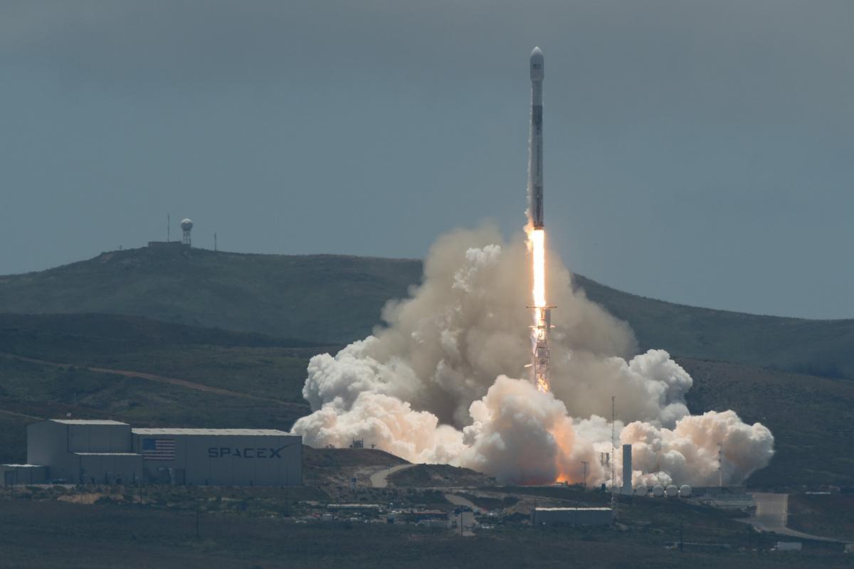 Компания SpaceX выиграла тендер на запуск спутников Пентагона в космос