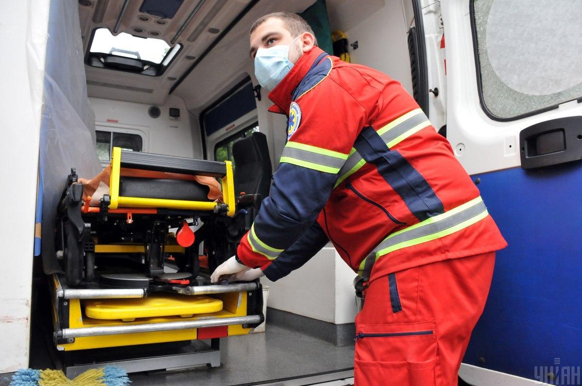 В Киеве более 20 ковидных 'скорых' застряли в очереди в больницу - соцсети