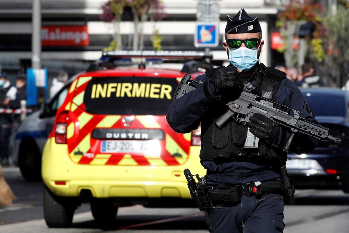 Во Франции мужчина с ножом ранил нескольких человек – его задержала полиция