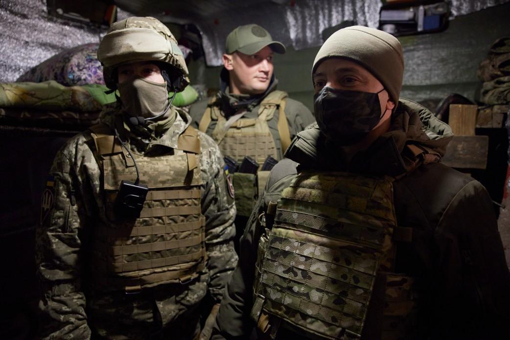 Зеленский на передовой встретился с военнослужащими и вручил им награды
