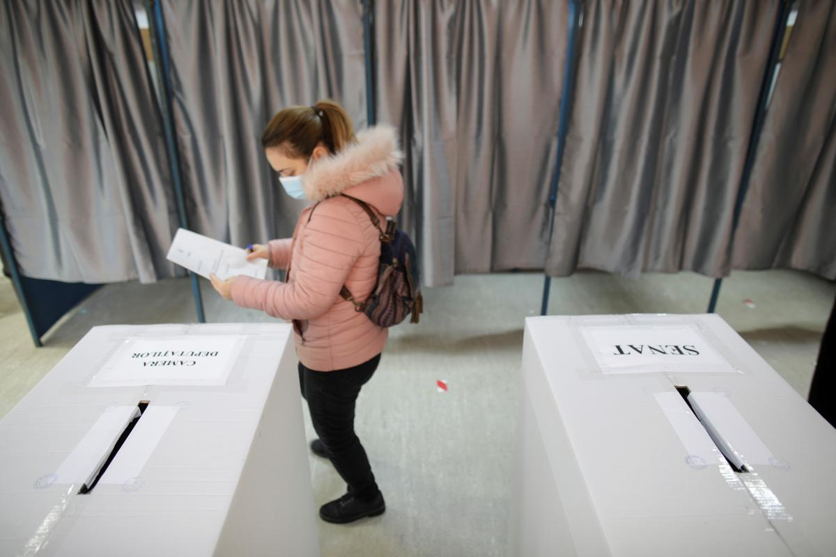 На парламентских выборах в Румынии две партии набирают похожее количество голосов - экзитполы