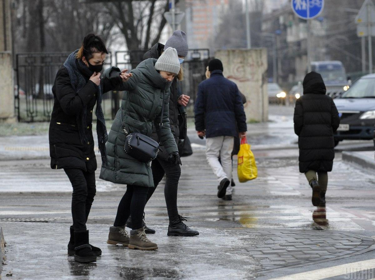 В Киеве из-за гололедицы за сутки в травмпункты обратились более тысячи человек