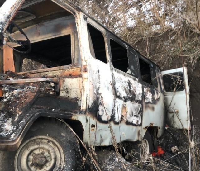 На Харьковщине контрабандисты сожгли бус с черной икрой, попав в ловушку