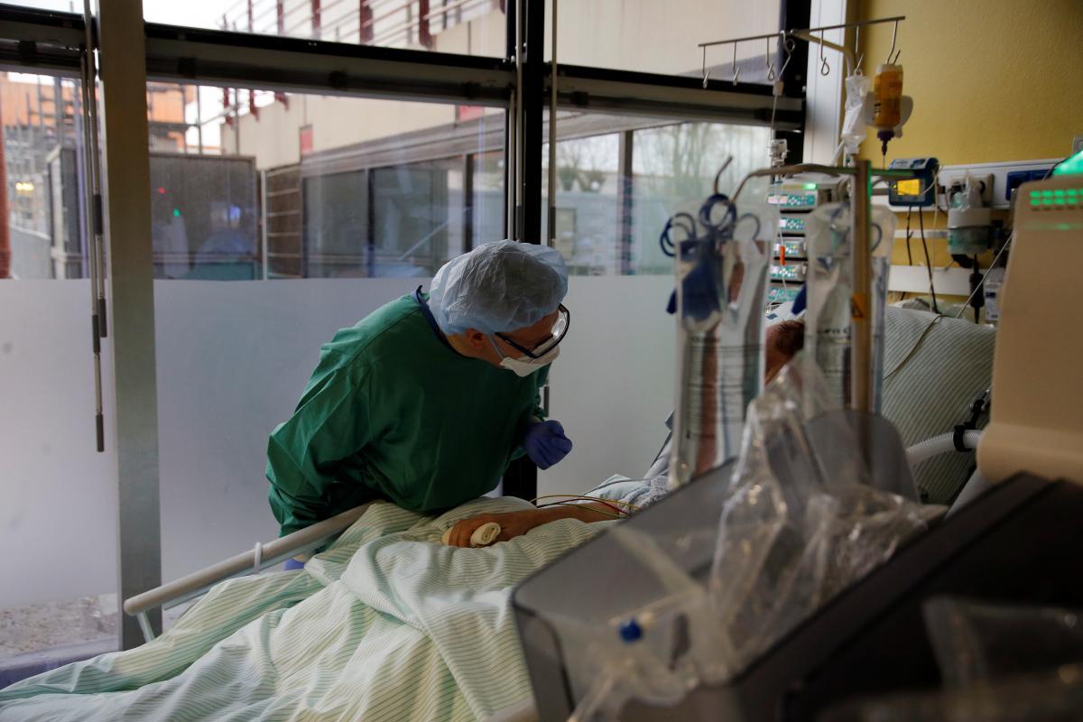 Лечение плазмой уменьшает риск начала тяжелого COVID-19 у пожилых людей