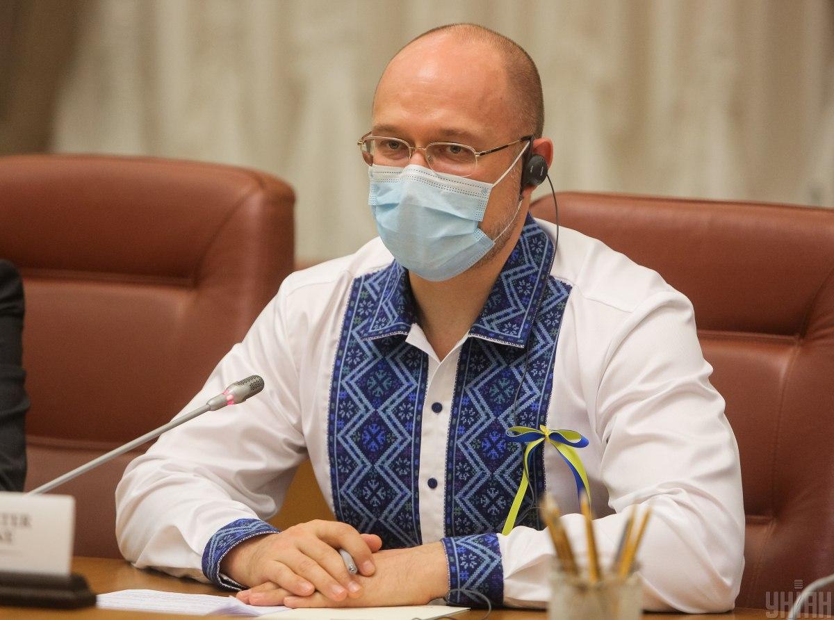 Шмыгаль приказал проверить информацию о подпольной вакцинации депутатов от COVID-19