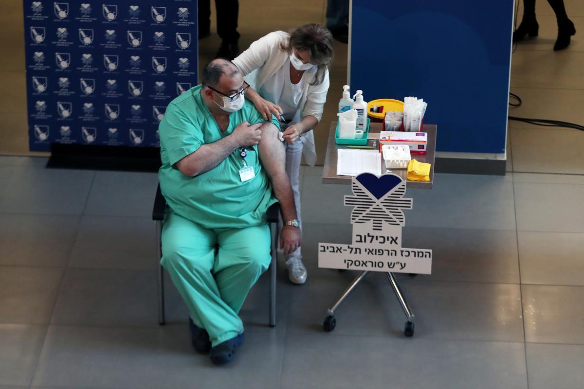 Половина населения Израиля уже получила две дозы вакцины Pfizer