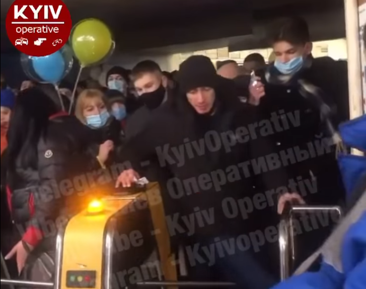 В метро Киева неадекватный пассажир с руганью выломал турникет и попал на видео