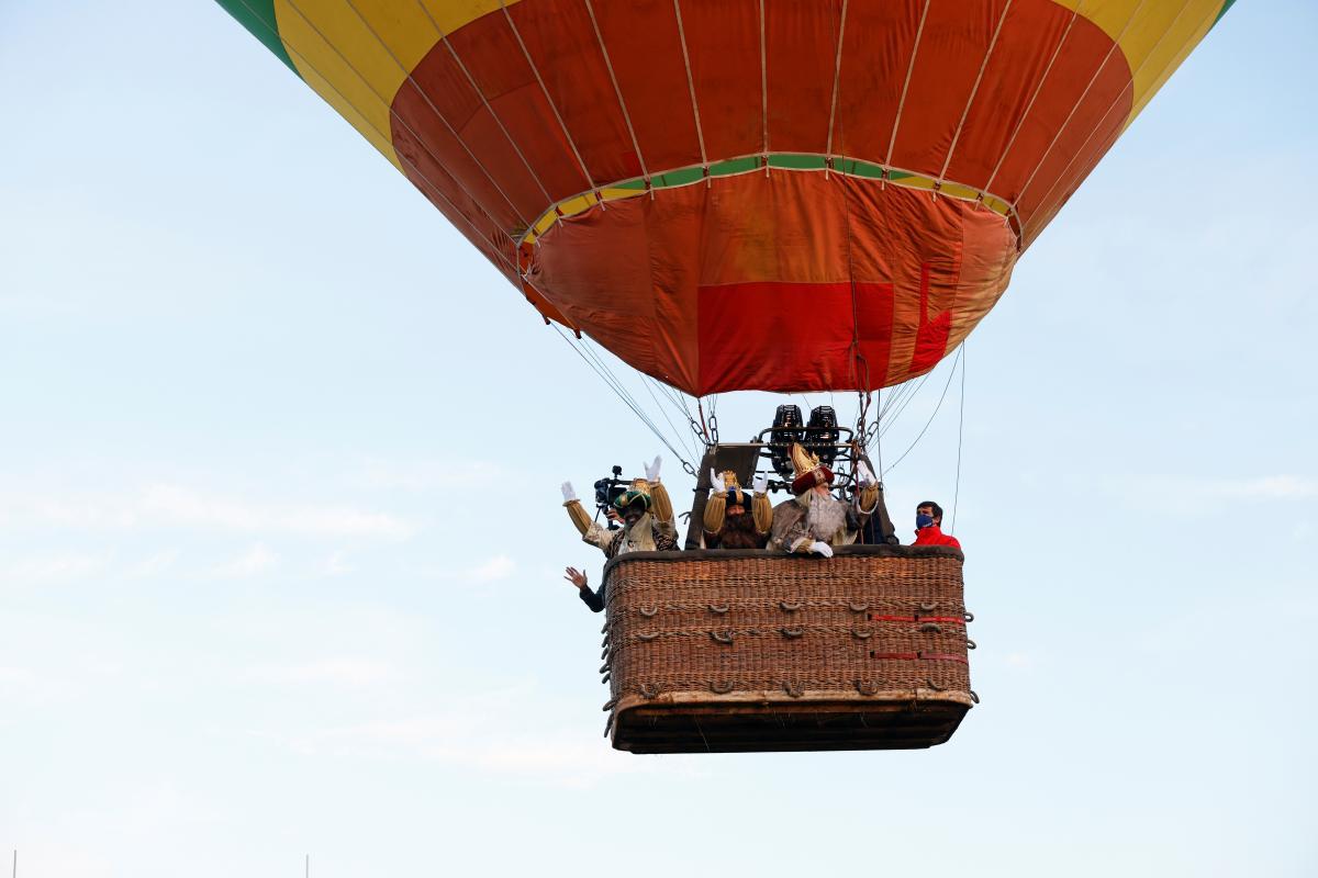 Библейских царей запустили в небо над Севильей на воздушном шаре
