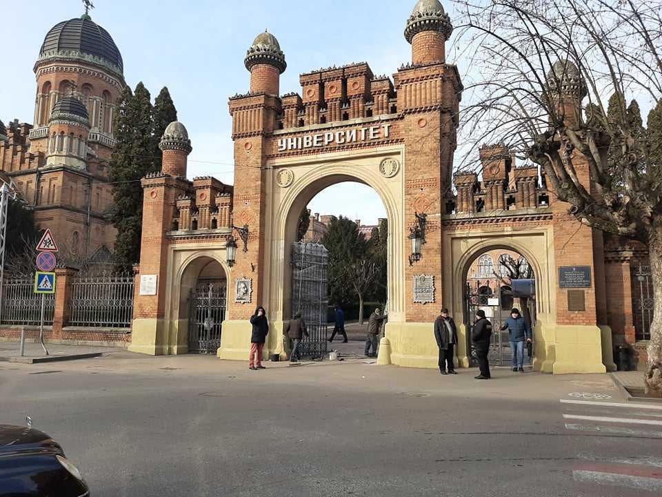 В Черновицком университете восстановили ворота, которые протаранил водитель легковушки «под кайфом»