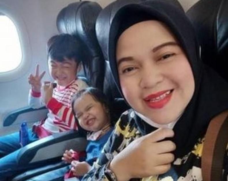 'Пока-пока, семья!': появилось последнее фото пассажирки с детьми с разбившегося Boeing 737 из Индонезии