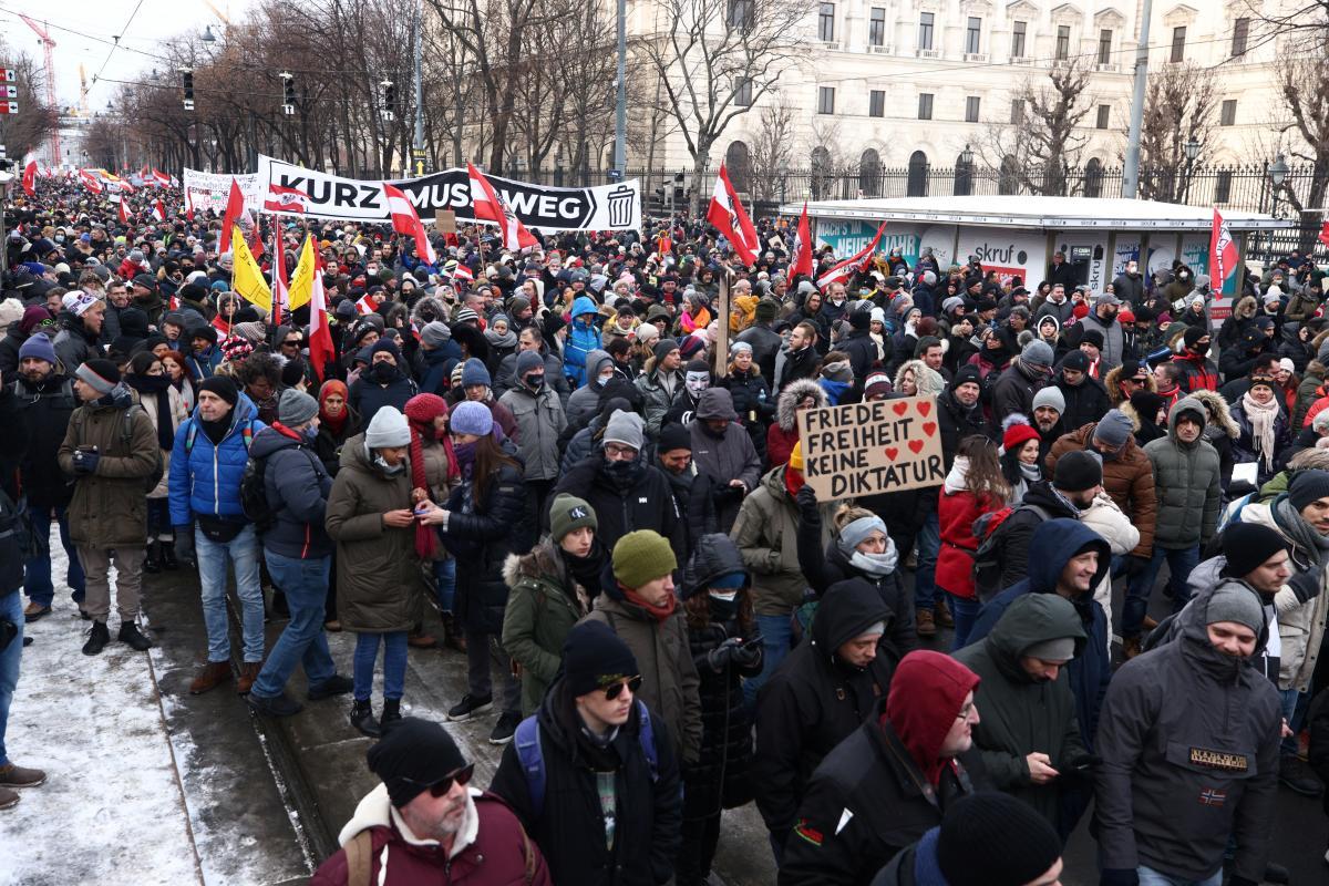 В Вене прошли многотысячные протесты против коронавирусных ограничений