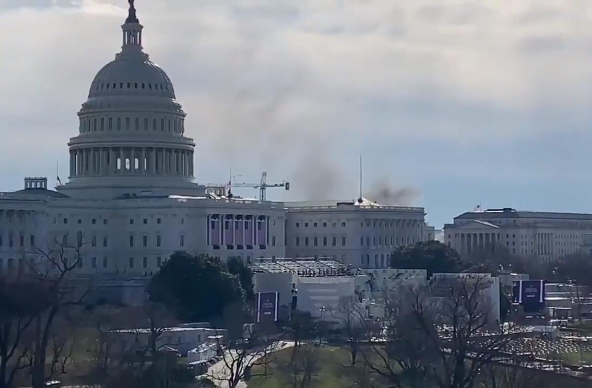 Сигнал тревоги и дым над зданием: в США заблокировали Капитолий 'из-за внешней угрозы'