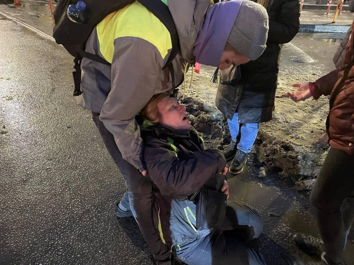 Избитая ОМОНовцем на митинге в Петербурге россиянка находится в реанимации - СМИ