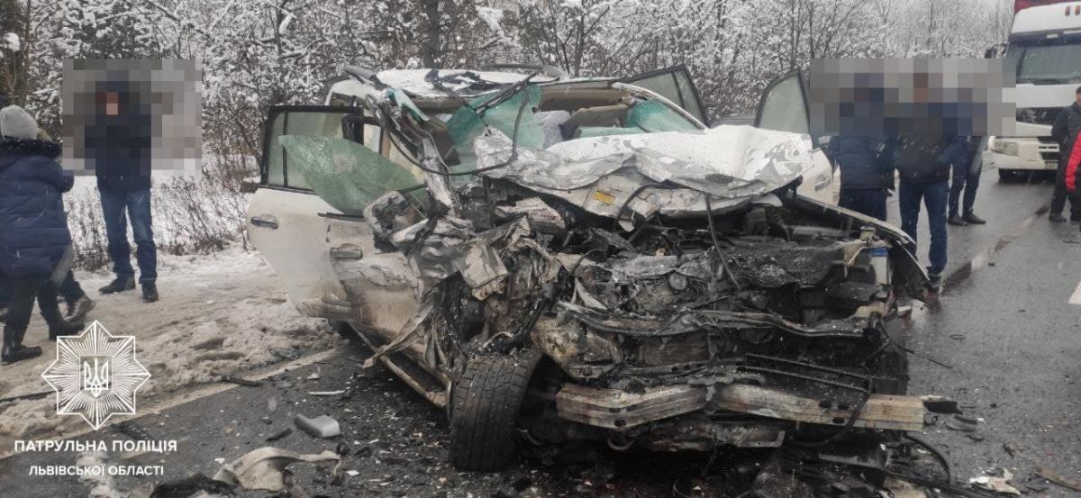 На Львовщине столкнулись три автомобиля: погибли два и пострадали четыре человека