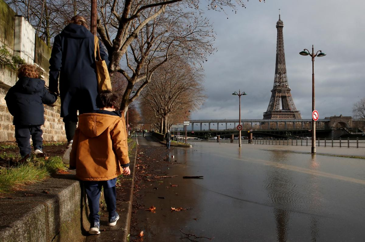 Из-за британского штамма Франция может оказаться на пороге очередного локдауна: названы сроки