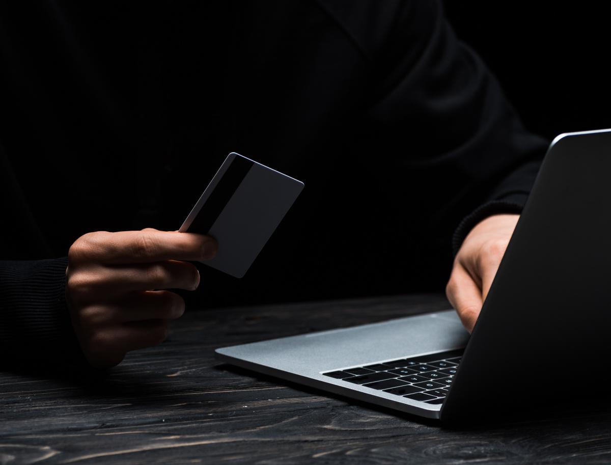 С карточек украинцев украли сотни миллионов гривен: раскрыт самый популярный метод мошенников