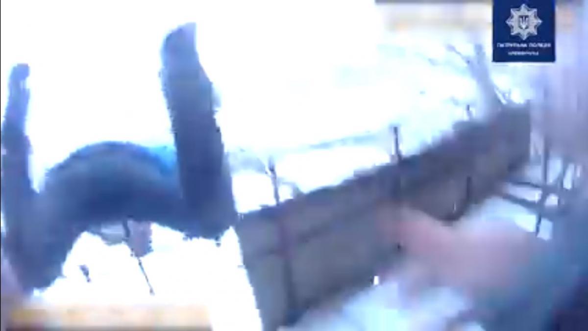 На Полтавщине копы словили за ногу мужчину, прыгнувшего с седьмого этажа