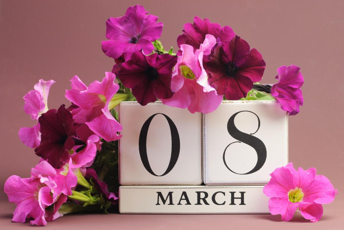 Подарки на 8 Марта: идеи праздничных сюрпризов для мамы и второй половинки