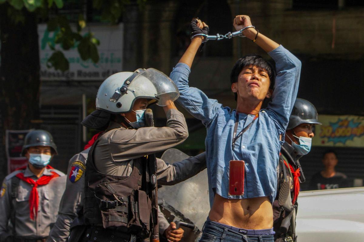 В Мьянме во время акций протеста против установления военной диктатуры задержаны более 140 человек