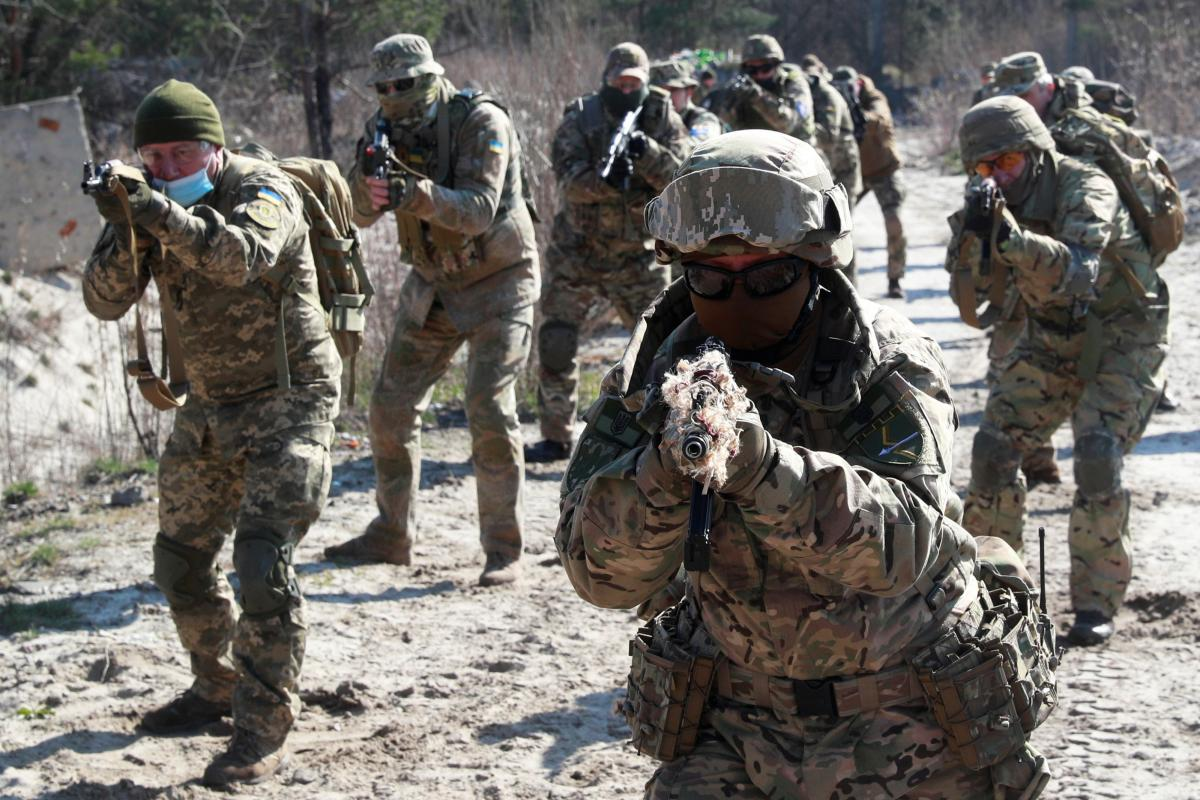Лишь 23,6% украинцев готовы защищать свое государство с оружием в руках – опрос