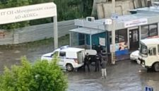 «Забросили в машину и уехали»: в Кемерове полицейские проводили задержание подростка