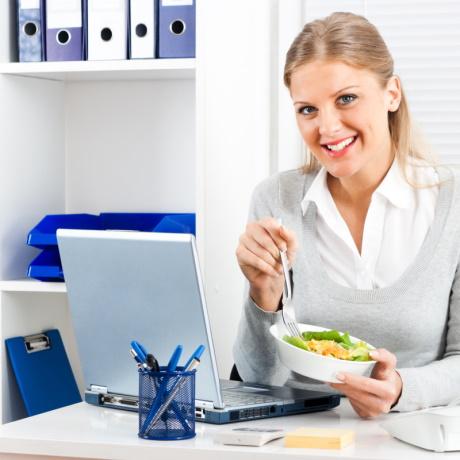 Питание сотрудников: когда и как нужно удержать НДФЛ и начислить страховые взносы