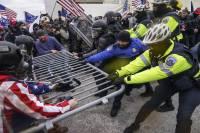 Скончалась женщина, получившая ранение при беспорядках в Капитолии