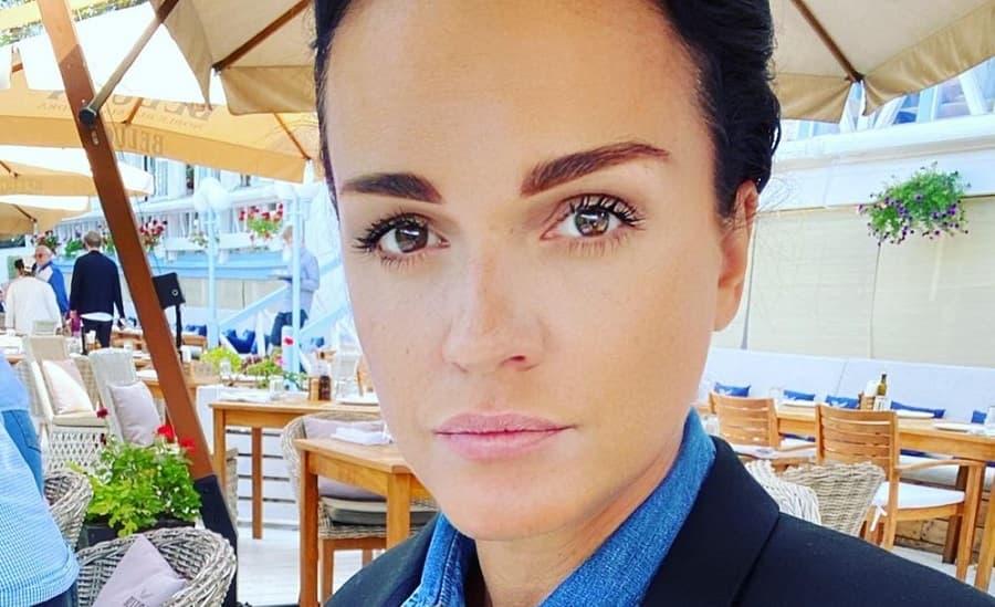 Певица Слава записала видео из больницы после операции на руке