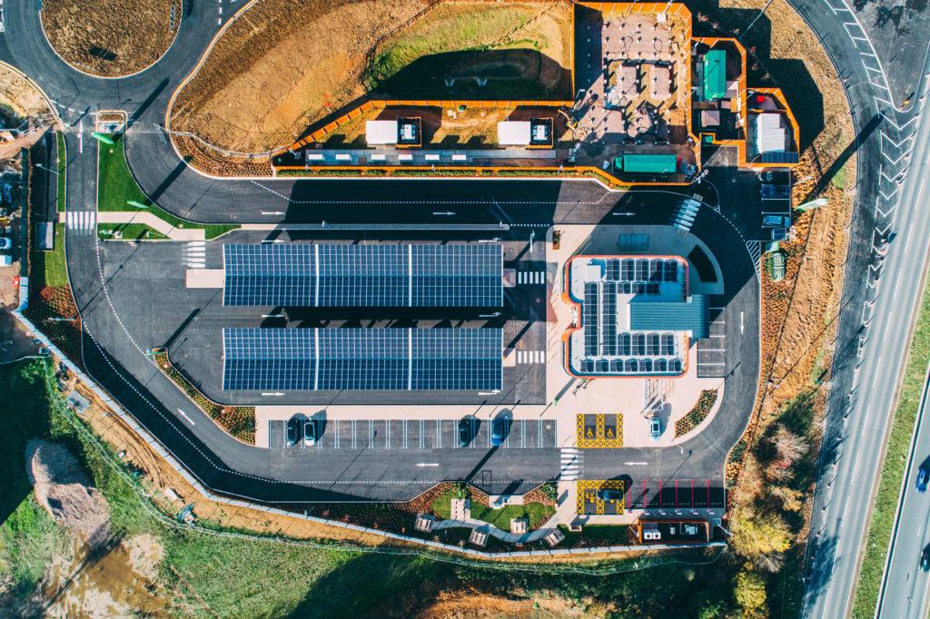 В Великобритании открылась первая «заправка» для электромобилей. Она работает на солнечной энергии