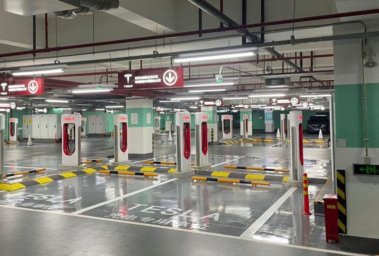 Tesla открыла в Шанхае свою крупнейшую в мире станцию зарядки электромобилей на 72 стойки