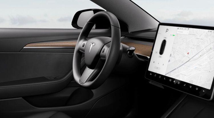 Tesla обновила интерьер Model 3 и добавила подогрев руля