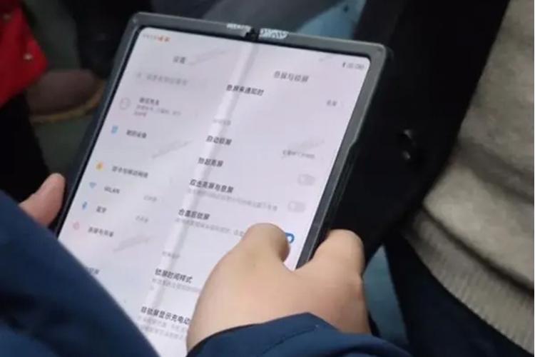 Складной смартфон Xiaomi попал на фото — возможно, это Mi Mix 4
