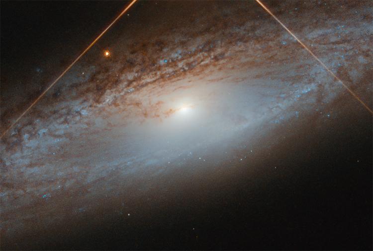 Фото дня: спиральная галактика в свете звезды