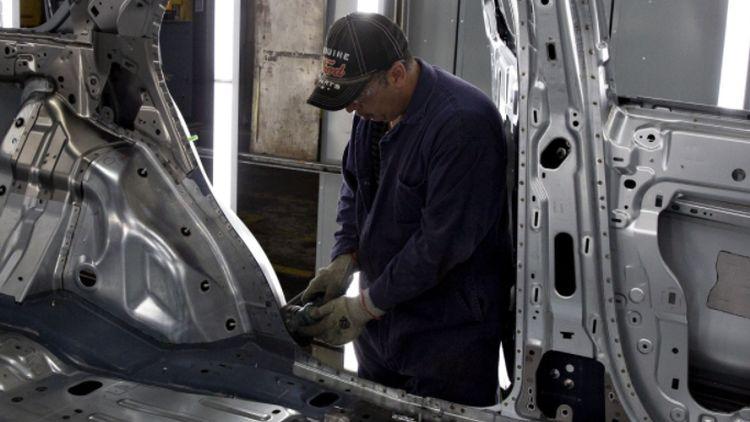 Автозаводы начали простаивать неделями из-за дефицита чипов