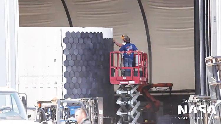 Видео: специалисты SpaceX вручную размещают плитки термозащиты на прототип Starship