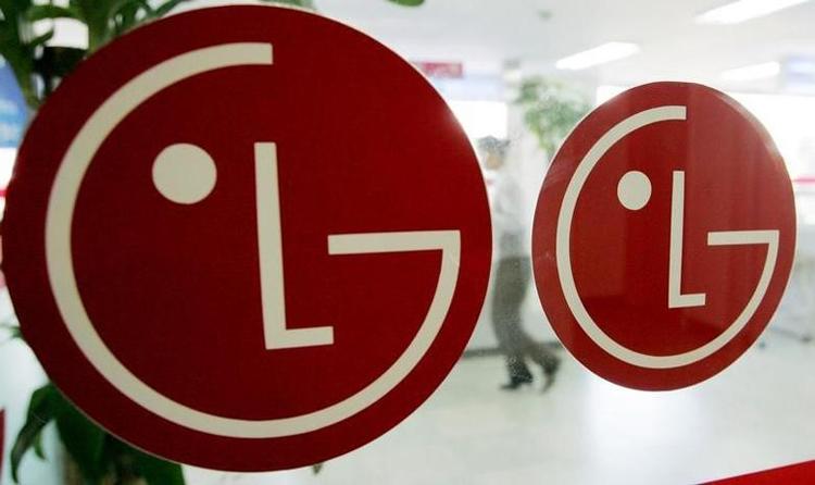 LG придумала смартфон с двумя большими экранами, один из которых вытягивается из корпуса