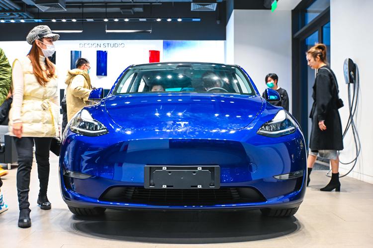 Китай запретит военным и чиновникам ездить на работу на Tesla из опасений шпионажа