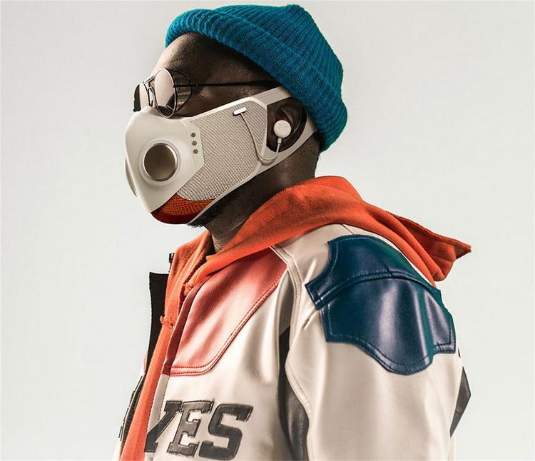 Рэпер Will.i.am представил защитную маску за $299 с подсветкой, сменными фильтрами и беспроводными наушниками