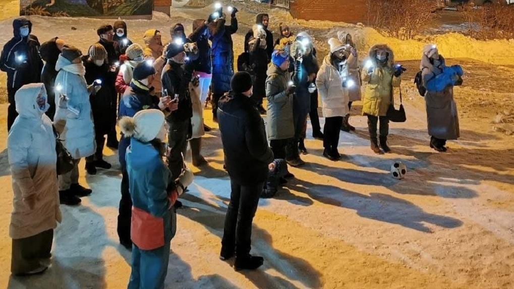Жители Екатеринбурга вышли во дворы с фонариками в руках, чтобы поддержать Алексея Навального