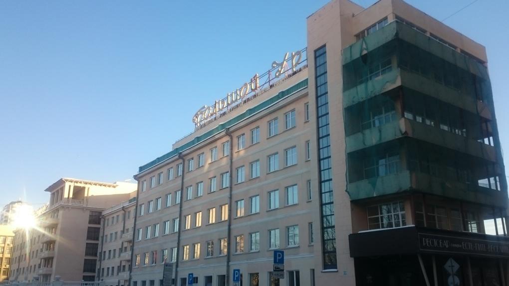Обреченная гостиница. Почему в центре города гниет и рассыпается «Большой Урал»
