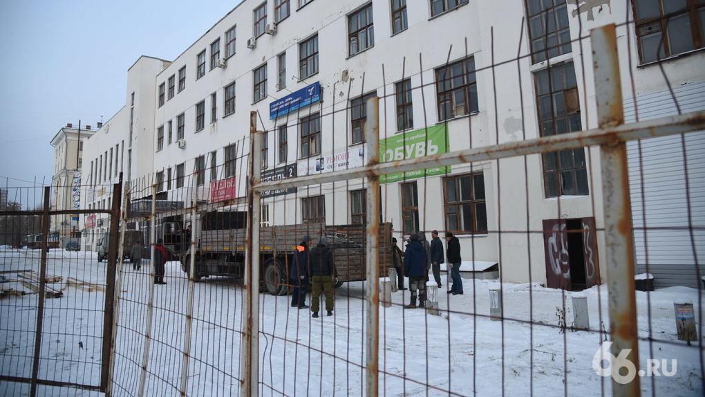 Здание ПРОМЭКТ окружили забором и экскаваторами. Еще есть шансы его спасти?