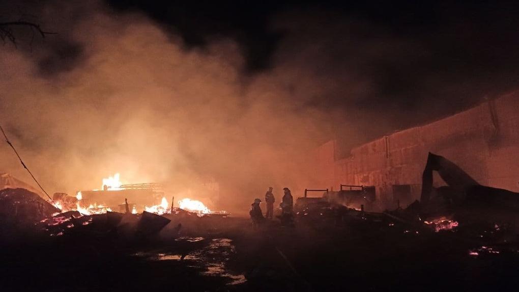Спасатели пять часов тушили жуткий пожар на Эльмаше. Фото, видео