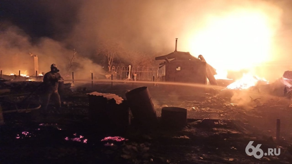 Крупный пожар на Эльмаше тушили до утра. Пять проблем, с которыми столкнулись спасатели