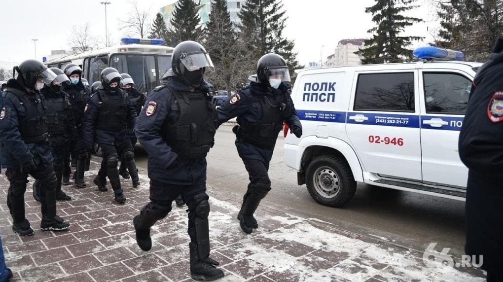 ОМОН и полиция гоняются за маршем Навального по Екатеринбургу. Онлайн-репортаж