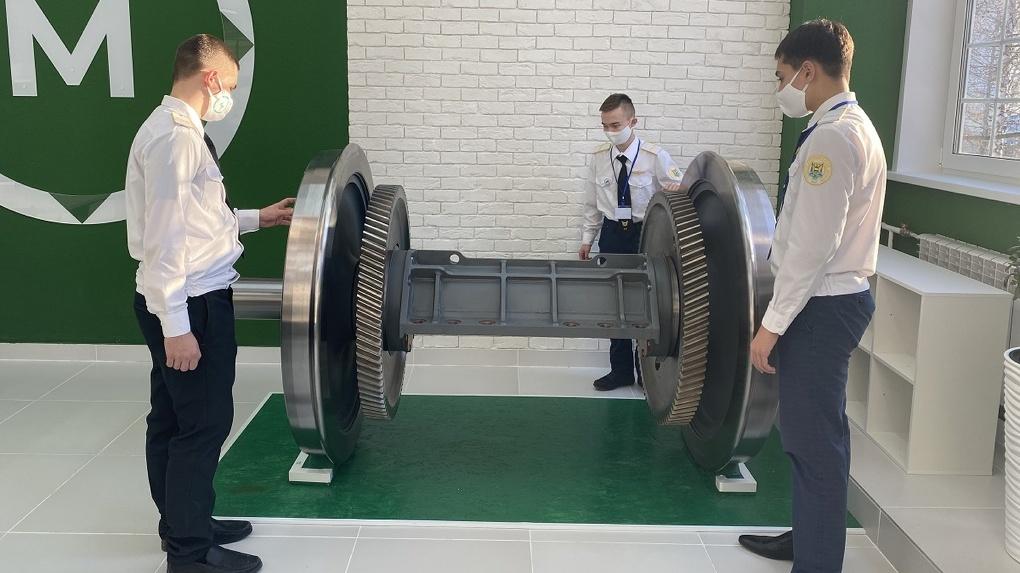 «Уральские локомотивы» оснастили новую мастерскую в железнодорожном техникуме